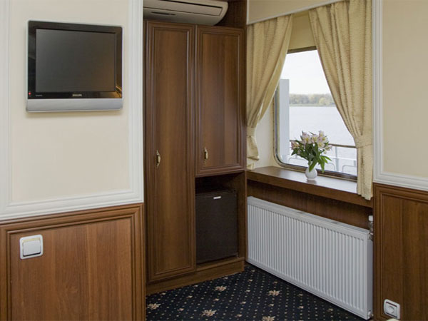 Deluxe Stateroom - Wadrobe and TV